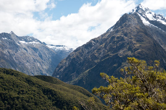 Blick vom Key Summit in das Tal links mit der Milford Sound Road, rechts die Darran Mountains