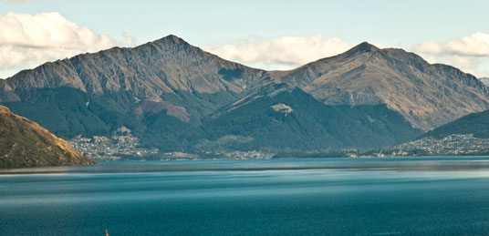 Queenstown (links) am Lake Wakatipu und Ben Lomond (in der Bildmitte, 1749 Meter)